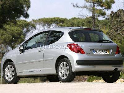 Peugeot_207_Hatchback 3 door_2006.jpg